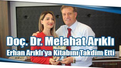 Photo of Doç. Dr. Melahat Arıklı Erhan Arıklı'ya Kitabını Takdim Etti